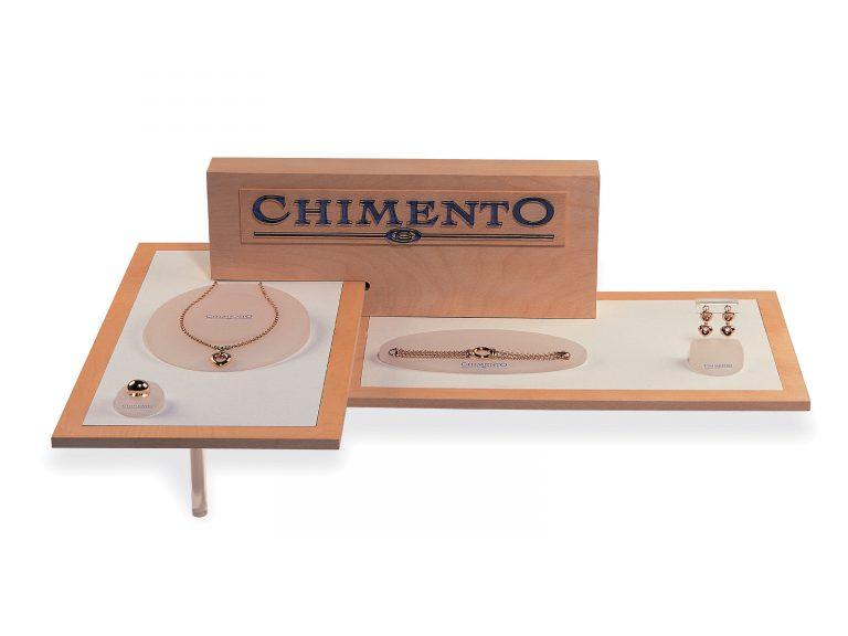 Chimento espositore da banco per gioielli, materiali: Legno, plexiglass e resina.